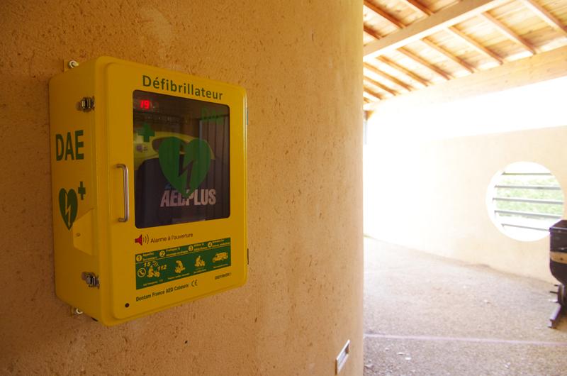 Le défibrillateur de Saint-Maime dans son armoire climatisée