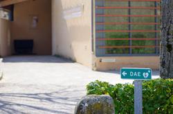 Panneau indiquant le défibrillateur devant la salle polyvalente de Saint-Maime